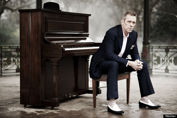 O astro britânico canta, toca piano e guitarra, em apresentação aclamada por diversos críticos no exterior